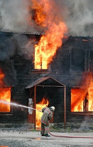 В Екатеринбурге произошло возгорание барака с угрозой взрыва